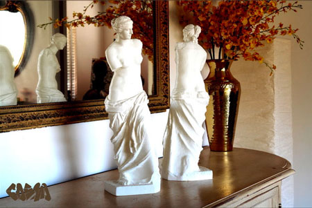 Two statuettes of the Vénus de Milo 3D printed thanks to available 3D files on the Thingiverse plateform.