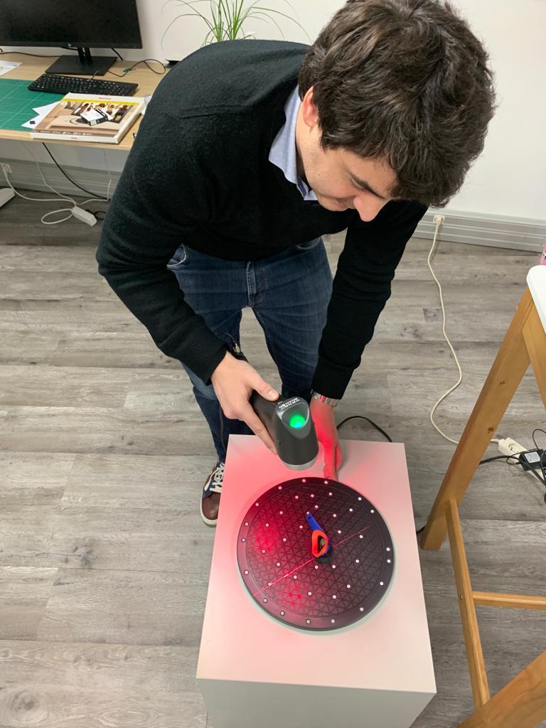 Pierre Antoine 3D scanning the car key